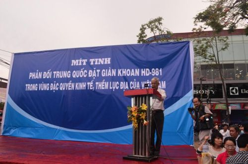 Mít tinh phản đối Trung Quốc xâm phạm chủ quyền Việt Nam tại TP Cần Thơ