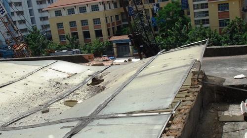 Mái che trên sân thượng bị thủng và tường bị vỡ