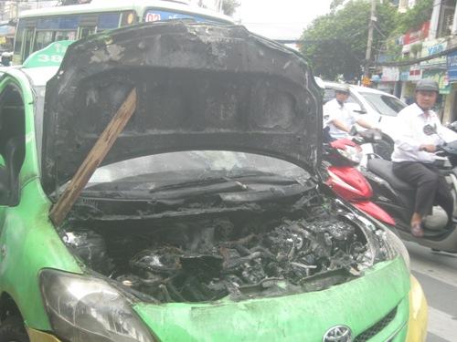 Đầu máy xe taxi bị cháy rụi, bên trong xe nhiều bộ phận hư hỏng
