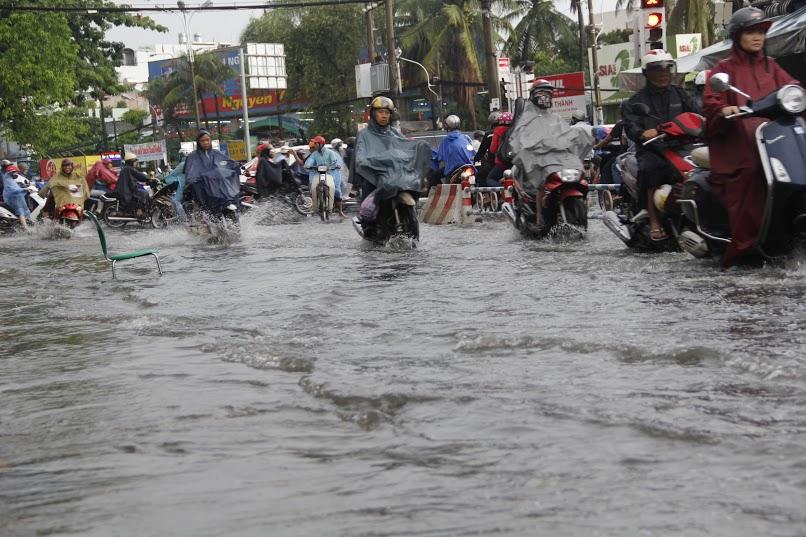 Mưa lớn 2 giờ, dân Sài Gòn lại bì bõm