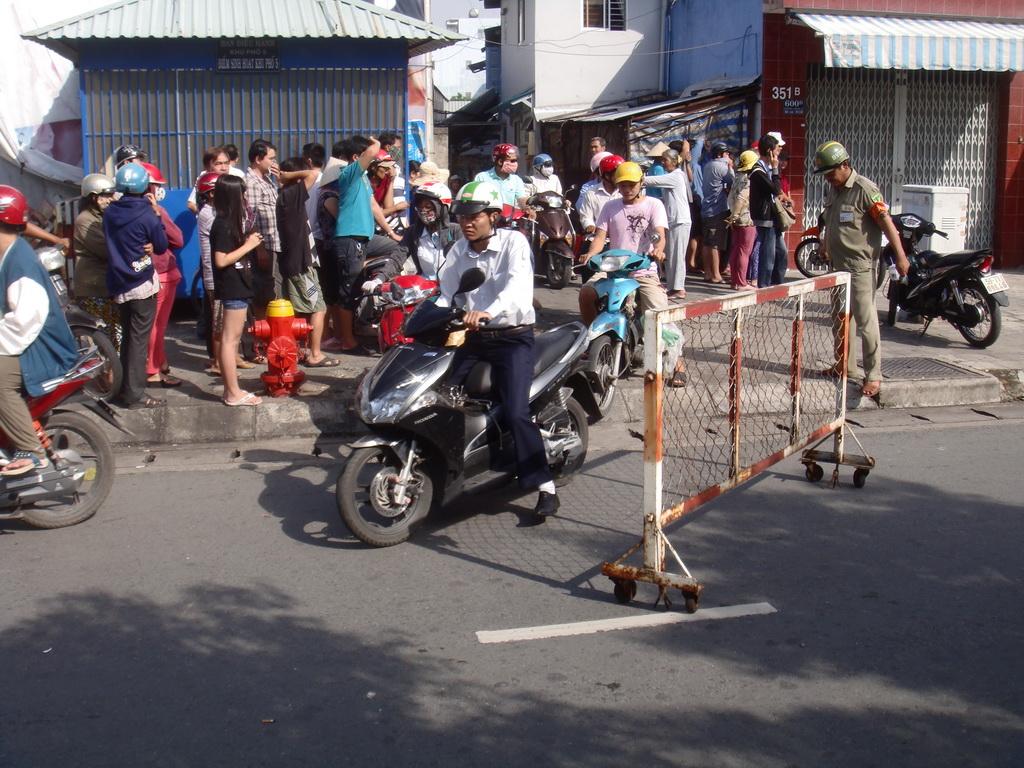 Đường bị chặn, người dân lúng túng khi đi qua đoạn này