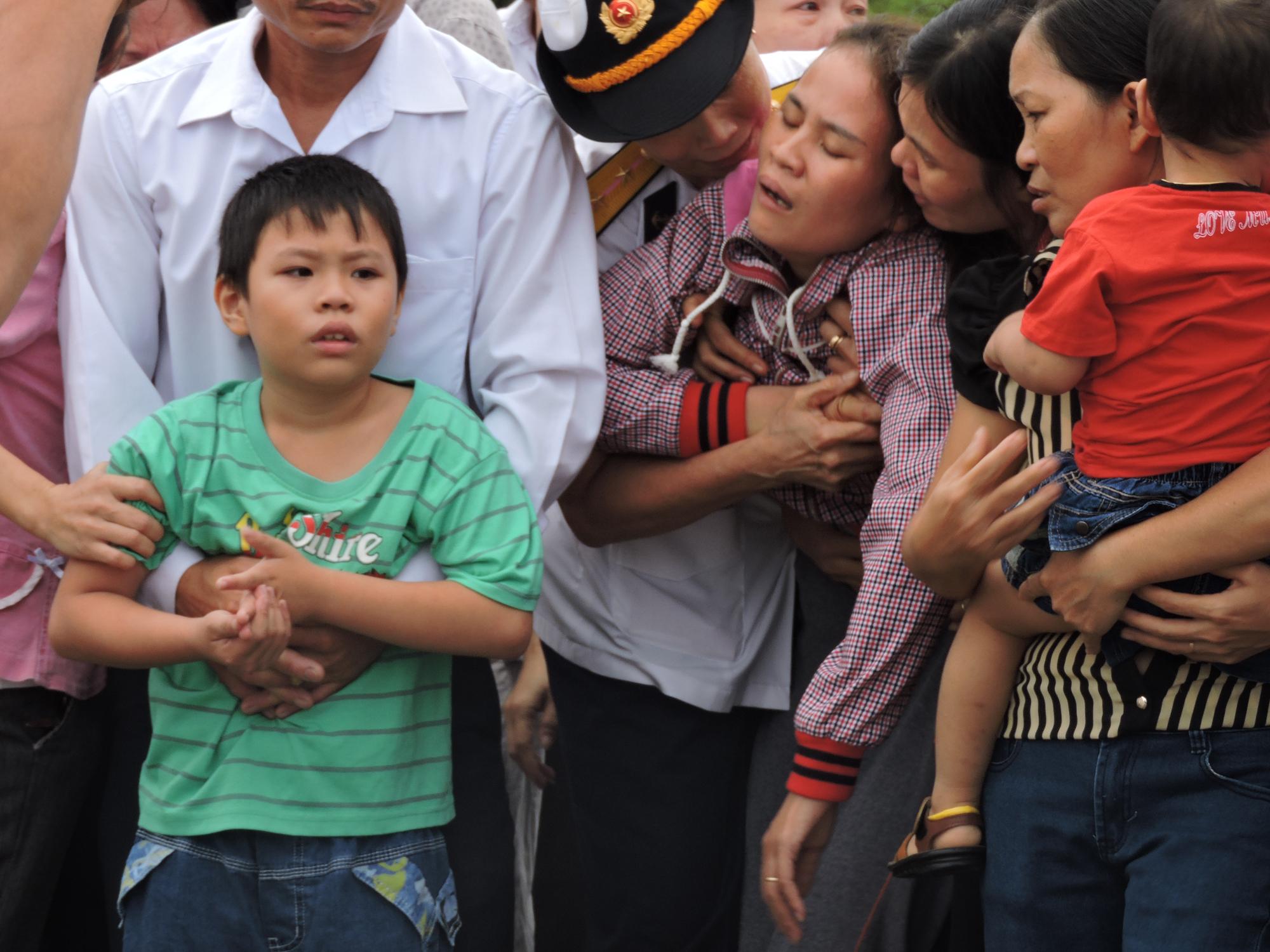Vợ Thượng úy Bắc đau đớn khóc ngất trong vòng tay người thân