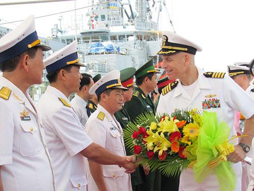 Đại diện thủy thủ đoàn trên tàu khu trục của Mỹ (phải) tại cảng Tiên Sa