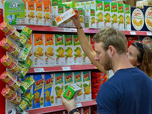 Khách hàng chọn mua sản phẩm Kinh Đô tại Co.opmart Nguyễn Đình Chiểu, TP HCM Ảnh: Tấn Thạnh