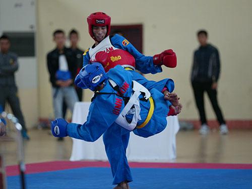 Nguyễn Tiến Sơn (sau) của Thanh Hóa giành HCV vovinam hạng cân 68 kg nam