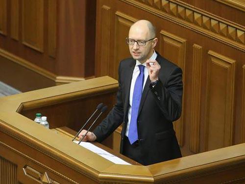 Thủ tướng Ukraine Arseniy Yatsenyuk phát biểu trước quốc hội hôm 11-12 Ảnh: KYIV POST