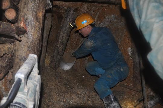 Lực lượng công binh khẩn trương đào hầm tiếp cận nạn nhân. Ảnh: Cao Nguyên