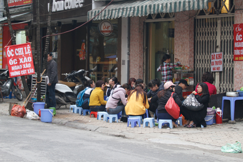 Vào mùa lạnh, các quán ốc ở Hà Nội lúc nào cũng kín khách.