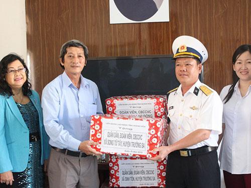 Đại diện LĐLĐ tỉnh Khánh Hòa tặng quà Tết cho quân, dân huyện đảo Trường Sa