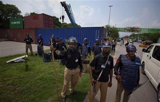 Canh sát chốt chặn ở thủ đôIslamabad, dựng rào chắn ở cửa ngõ thủ đô bằng container và dây thép gai. Ảnh: AP