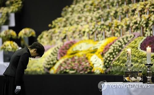 Tổng thống Hàn Quốc Park Geun-hye cuối đầu tại nơi tưởng niệm nạn nhân vụ chìm tàu. Ảnh: Yonhap