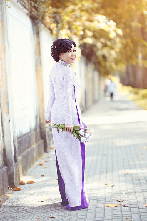 Việt Hương dịu dàng trong tà áo dài