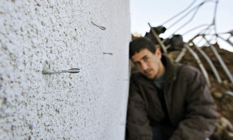 Các mũi phi tiêu găm trên tường do quân đội Israel sử dụng loại đạn này ở Dải Gaza. Ảnh: AP