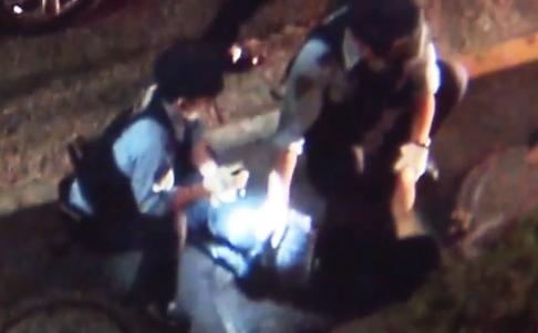 Thủ phạm bị khống chế bàn giao cho cảnh sát. Ảnh: SCMP