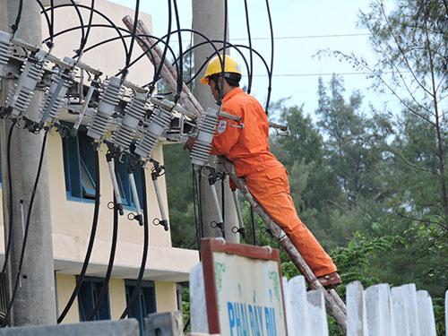 Công nhân Chi nhánh Điện Lý Sơn kiểm tra các trạm biến áp trên đảo