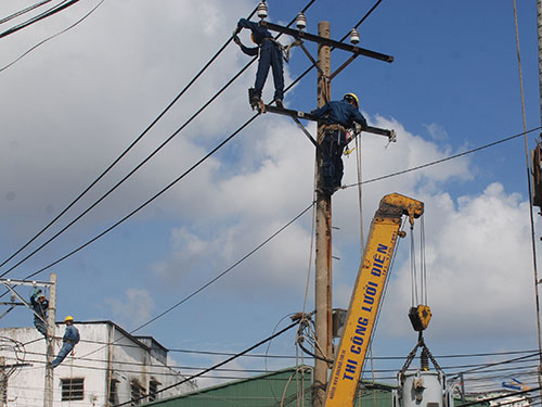 EVN là một trong những doanh nghiệp được hưởng giá đầu vào than và khí đốt trong nước thấp hơn nhiều giá thị trường thế giới. Trong ảnh: Thi công lưới điện trên đường Thoại Ngọc Hầu, quận Tân Phú, TP HCM Ảnh: TẤN THẠNH