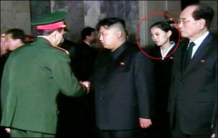 Lãnh đạo Kim Jong-un và em gái Kim Yo-jong (khoanh tròn đỏ) trong lễ tang cố Chủ tịch Kim Jong-il. Ảnh: Yonhap