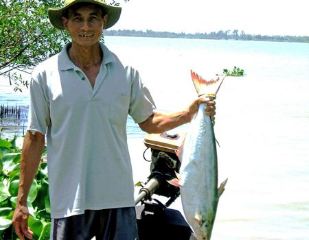 Anh Nguyễn Văn Khi săn được con cá bông lau nặng hơn 6kg.
