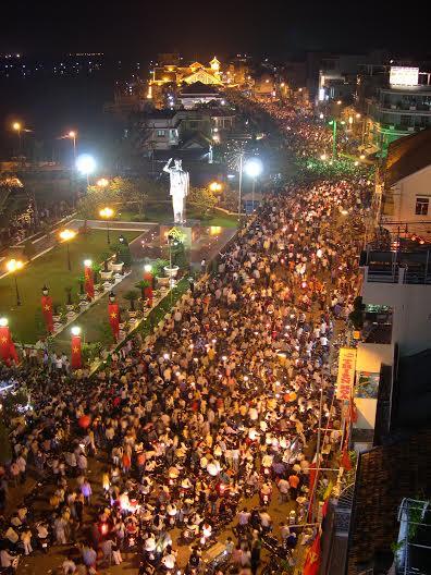 Hàng chục ngàn người dân Tây Đô đổ xô Bến Ninh Kiều để chờ đợi xem pháo hoa
