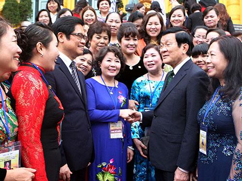 Chủ tịch nước Trương Tấn Sang gặp gỡ các nữ doanh nhân tiêu biểu Ảnh: TTXVN