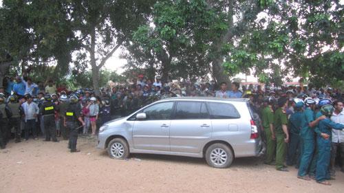 Nhiều người vây quanh chiếc xe nghi chở người bắt cóc trẻ em