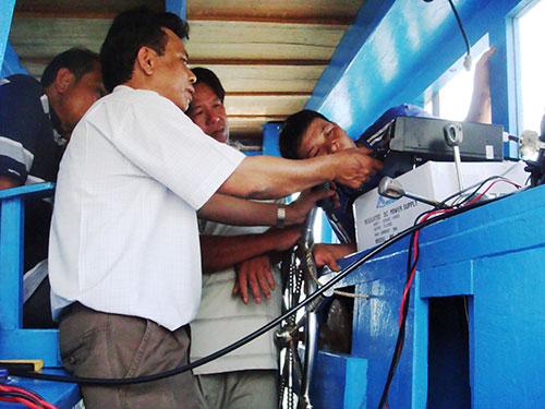 Lắp đặt máy I-COM cho ngư dân phường Xuân Thành ngày 18-3