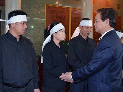 Thủ tướng Nguyễn Tấn Dũng chia buồn cùng gia quyến Trung tướng Nguyễn Thới Bưng Ảnh: VU THANH
