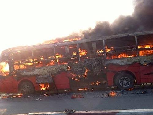 Chiếc xe khách đang cháy dữ dội