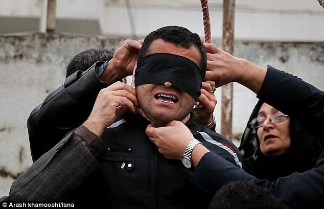 Bà Alinejad cùng chồng gỡ thòng lòng trên cổ Balal xuống. Ảnh: ISNA