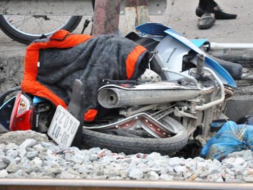Chiếc xe máy biến dạng sau khi bị tàu hỏa đâm do cố băng qua đường sắt.