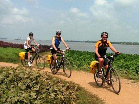 Du khách khám phá cù lao An Bình bằng xe đạp. Ảnh: Happy Family Guesthouse