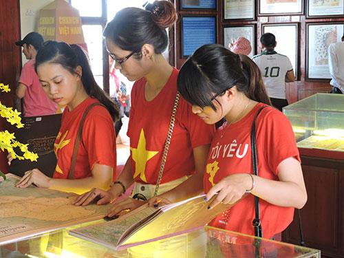 Hàng ngàn người dân Quảng Ngãi cùng du khách đã tham quan triển lãm