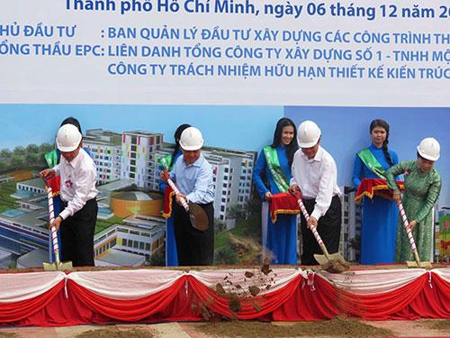 Thủ tướng Nguyễn Tấn Dũng và các đại biểu động thổ khởi công xây dựng Bệnh viện Nhi Đồng Ảnh: ANH THƯ