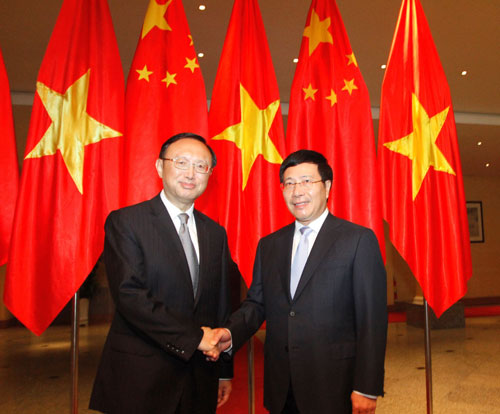 Phó Thủ tướng - Bộ trưởng Bộ Ngoại giao Phạm Bình Minh (phải) đón Ủy viên Quốc vụ Trung Quốc Dương Khiết Trì