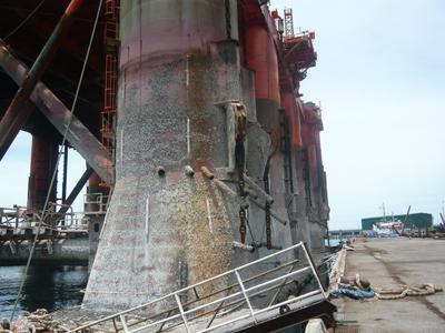 Sau thời gian khai thác tại mỏ Đại Hùng, sò bám đầy vào các cột trụ của giàn khoan.
