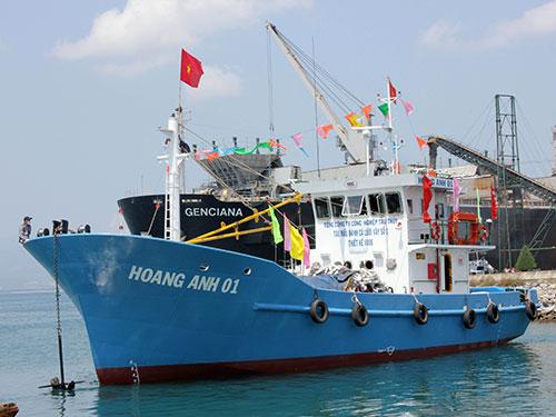Tàu cá vỏ thép đầu tiên ở tỉnh Quảng Ngãi được bàn giao cho ngư dân
