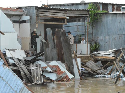 Hiện trường vụ sạt lở khiến 7 căn nhà bị trôi xuống sông
