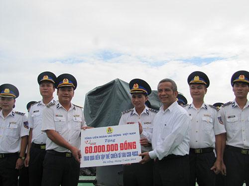 Chủ tịch Tổng LĐLĐ Việt Nam trao quà cho các chiến sĩ tàu Cảnh sát biển 4033