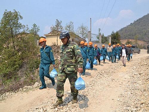 Các lực lượng đang tiến vào rừng sâu để dập lửa Ảnh: TTXVN