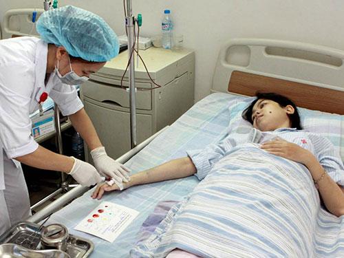Điều trị cho bệnh nhân bị bệnh lơ-xê-mi kinh dòng bạch cầu hạt ở Viện Huyết học - Truyền máu trung ương Ảnh: TTXVN