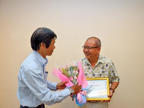 Tác giả Văn Công Hùng (phải) nhận giải nhì Ảnh: TẤN THẠNH