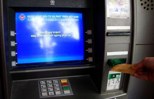 Nhiều chủ thẻ rất bức xúc khi có những cây ATM kéo dài tình trạng này.