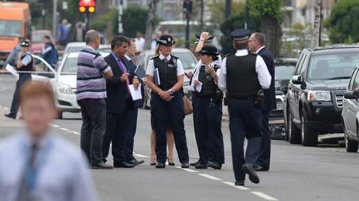 Khoảng 20 xe cảnh sát được điều tới khu vựcEdmonton, phía Bắc London - Anh. Ảnh: Mirror