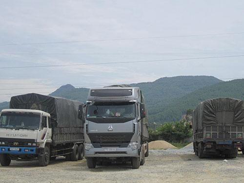 Đoàn xe quá tải trọng bị buộc hạ tải Tin-ảnh: Đ.Ngọc