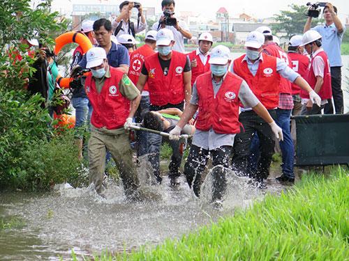 Các cấp cứu viên tham gia diễn tập