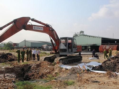 Lực lượng chức năng kiểm tra tại Công ty CP Xử lý phế liệu rắn Việt Nam
