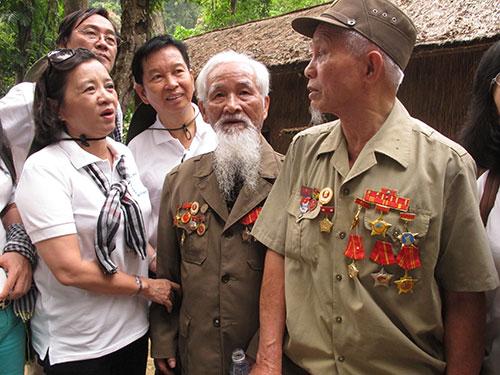 Bà Thân Thị Thư, Trưởng Ban Tuyên giáo Thành ủy TP HCM, thăm hỏi các cựu binh tại di tích Khu Chỉ huy Chiến dịch Điện Biên Phủ, sáng 17-4