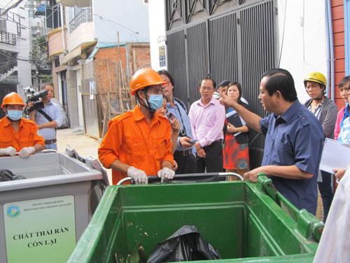 Ông Nguyễn Hữu Tín, Phó Chủ tịch UBND TP HCM, kiểm tra việc thí điểm phân loại rác tại phường Bến Nghé, quận 1
