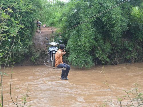 Hằng ngày, khoảng 200 hộ dân xã Ea Huar, huyện Buôn Đôn, tỉnh Đắk Lắk phải qua sông bằng chiếc cáp treo Ảnh: Cao Nguyên