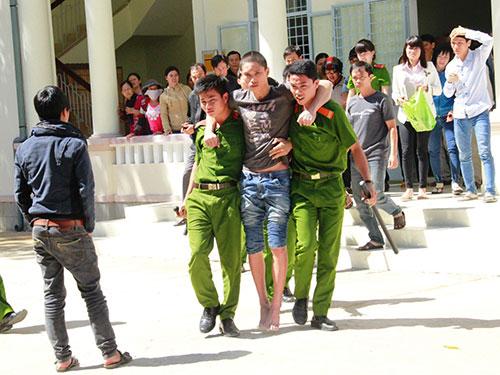 Nguyễn Văn Anh Tuấn được dìu ra từ phòng xử án